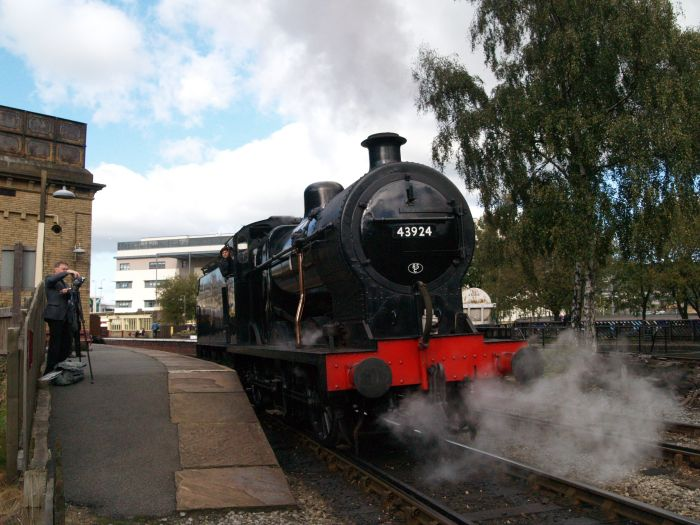 Keighley & Worth Valley Railway: 43924 taking on water at Keighley Station